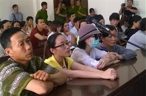 Nữ sinh bị tạt a xít, đồng tính, hai nữ sinh bị tạt a xít, nữ sinh tạt a xít ra tòa, TPHCM