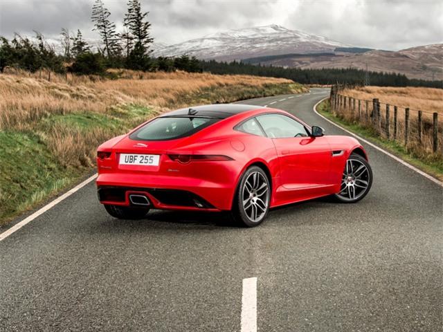 Phiên bản xe thể thao F-Type của Jaguar sử dụng động cơ bốn xi-lanh tăng áp, cho công suất 296 mã lực.