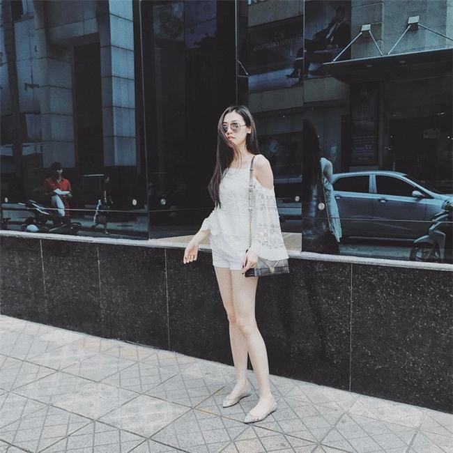 Angela Phương Trinh dìm chiều cao bằng quần loe quá khổ, Đỗ Mỹ Linh chững chạc với tóc uốn xoăn - Ảnh 11.