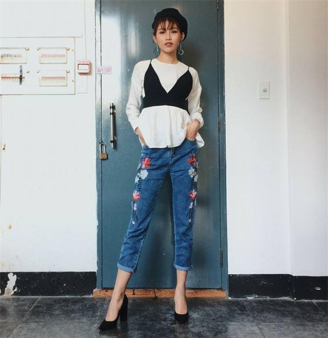 Angela Phương Trinh dìm chiều cao bằng quần loe quá khổ, Đỗ Mỹ Linh chững chạc với tóc uốn xoăn - Ảnh 14.