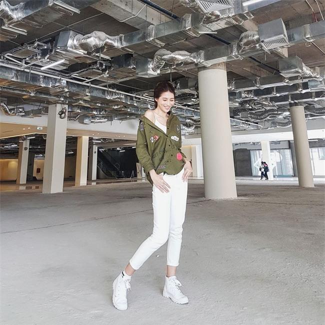 Angela Phương Trinh dìm chiều cao bằng quần loe quá khổ, Đỗ Mỹ Linh chững chạc với tóc uốn xoăn - Ảnh 15.