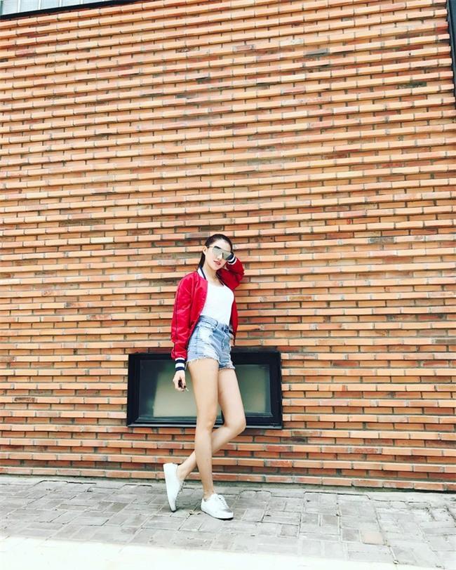Angela Phương Trinh dìm chiều cao bằng quần loe quá khổ, Đỗ Mỹ Linh chững chạc với tóc uốn xoăn - Ảnh 18.