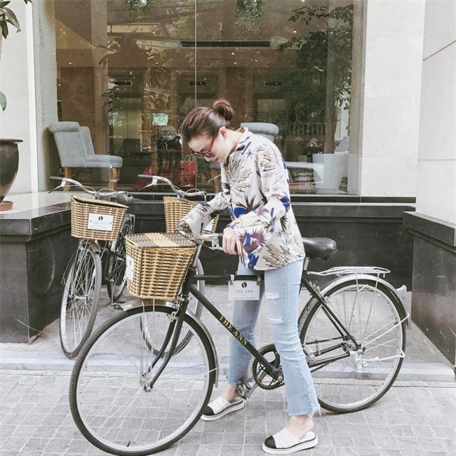 Angela Phương Trinh dìm chiều cao bằng quần loe quá khổ, Đỗ Mỹ Linh chững chạc với tóc uốn xoăn - Ảnh 19.