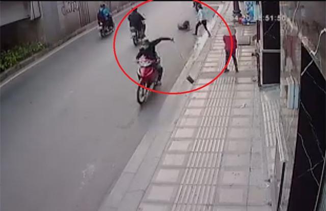 Tên cướp giật giỏ xách khiến cô gái ngã ra đường rồi bỏ chạy