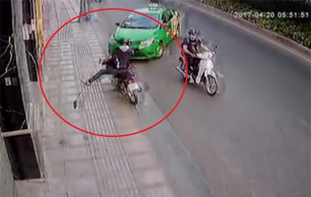 Sau đó tên cướp đã bị lái xe taxi đâm vào