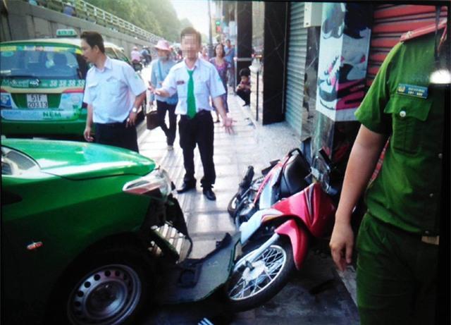 Chiếc xe máy của tên cướp tại hiện trường
