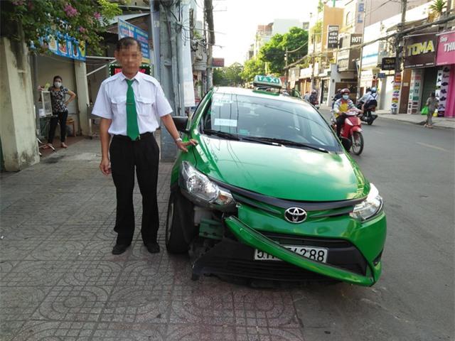 Người tài xế dũng cảm bên chiếc xe taxi của mình
