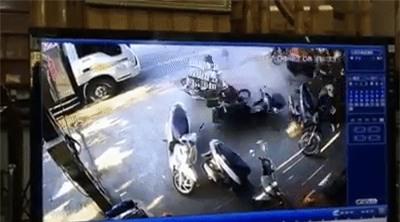 Clip: Hàng chục người hợp sức nâng chiếc Camry, giải cứu người phụ nữ bị cuốn vào gầm xe - Ảnh 2.