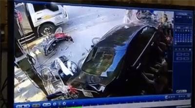 Clip: Hàng chục người hợp sức nâng chiếc Camry, giải cứu người phụ nữ bị cuốn vào gầm xe - Ảnh 3.
