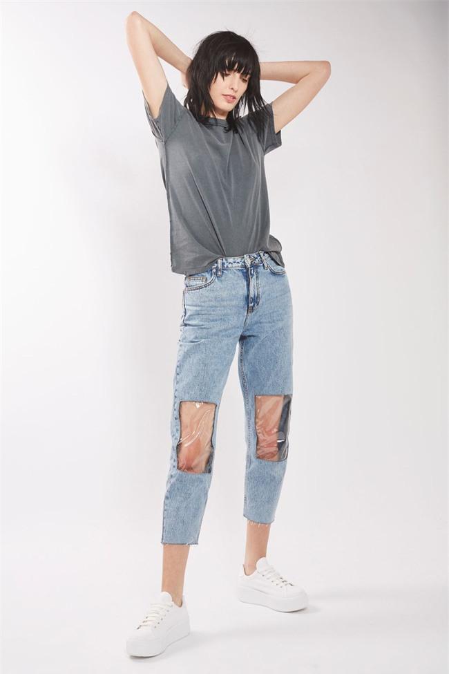 Các hãng thời trang liên tiếp tung ra những kiểu quần jeans lạ đời khiến dân tình mắt tròn mắt dẹt - Ảnh 1.