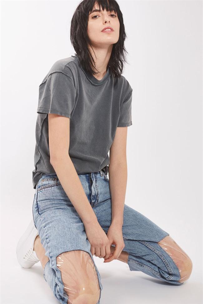 Các hãng thời trang liên tiếp tung ra những kiểu quần jeans lạ đời khiến dân tình mắt tròn mắt dẹt - Ảnh 2.