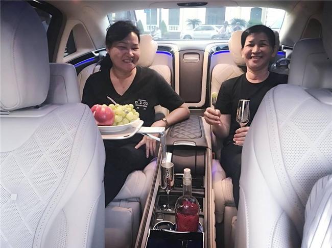 Ngọc Trinh lái siêu xe 12 tỷ đưa mẹ kế đi mua sắm - 02
