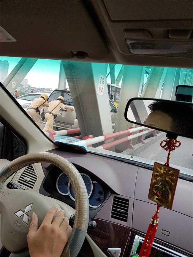 Hai chiến sĩ CSGT gồng mình đẩy xe, hình ảnh khiến cả dòng người mỉm cười - Ảnh 1.