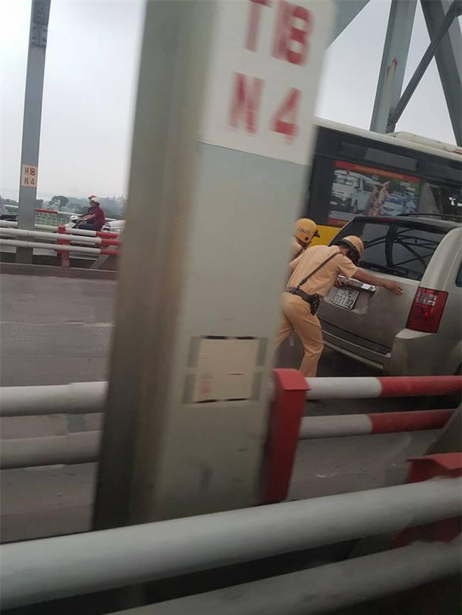 Hai chiến sĩ CSGT gồng mình đẩy xe, hình ảnh khiến cả dòng người mỉm cười - Ảnh 2.