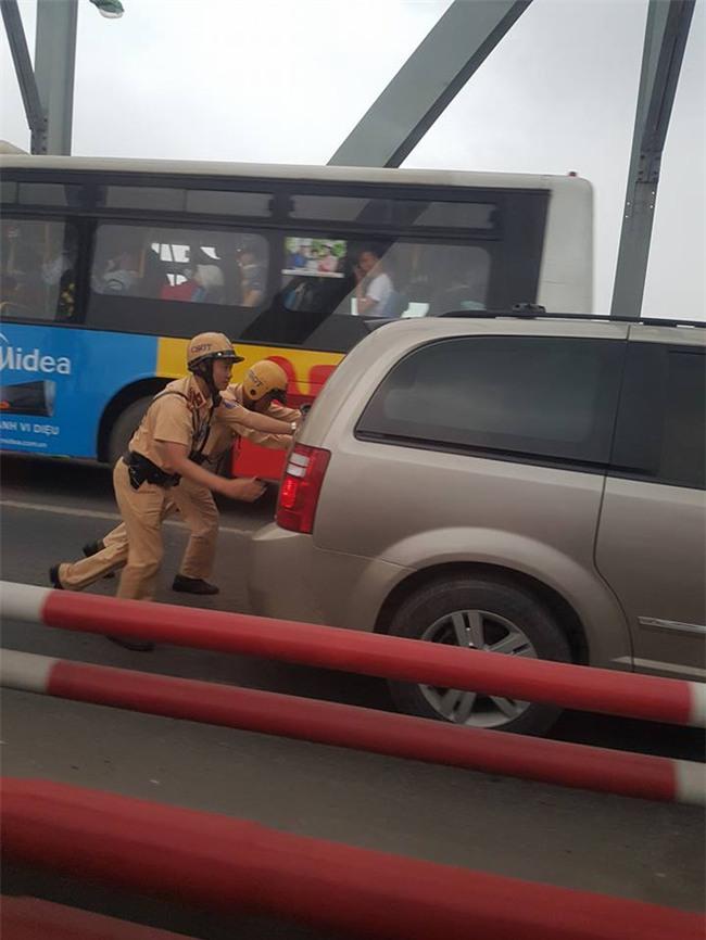 Hai chiến sĩ CSGT gồng mình đẩy xe, hình ảnh khiến cả dòng người mỉm cười - Ảnh 3.