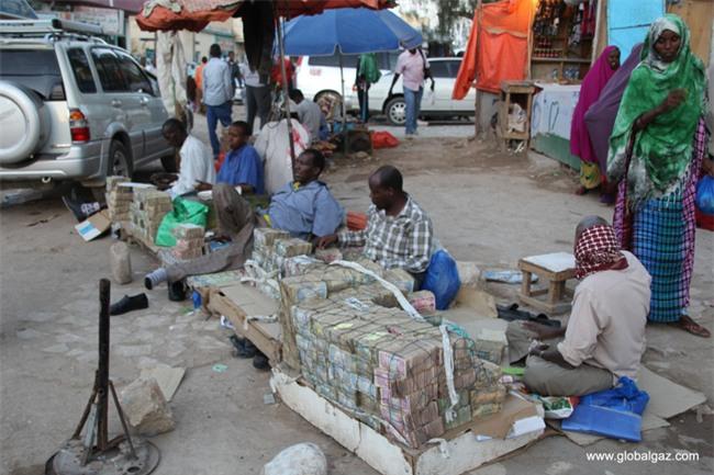 Quốc gia nghèo đến mức người dân chẳng có gì ngoài tiền, đành phải bán tiền để kiếm sống - Ảnh 1.