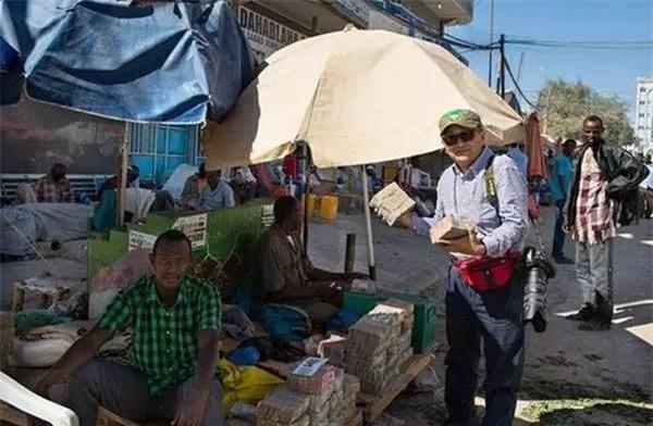 Quốc gia nghèo đến mức người dân chẳng có gì ngoài tiền, đành phải bán tiền để kiếm sống - Ảnh 13.