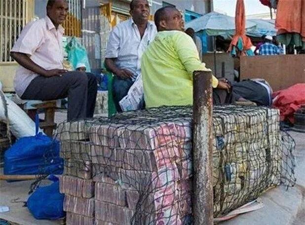 Quốc gia nghèo đến mức người dân chẳng có gì ngoài tiền, đành phải bán tiền để kiếm sống - Ảnh 15.