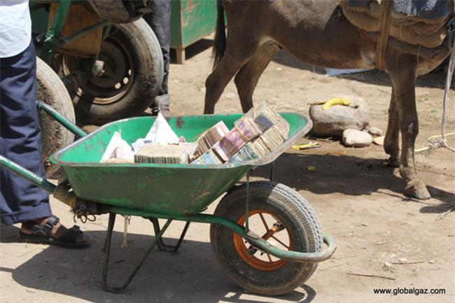 Quốc gia nghèo đến mức người dân chẳng có gì ngoài tiền, đành phải bán tiền để kiếm sống - Ảnh 6.
