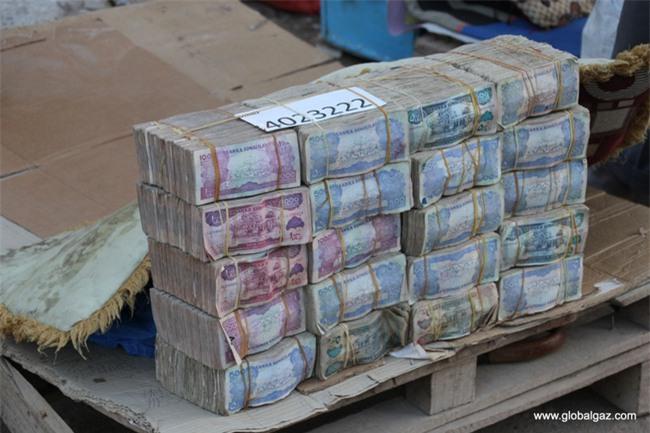 Quốc gia nghèo đến mức người dân chẳng có gì ngoài tiền, đành phải bán tiền để kiếm sống - Ảnh 9.