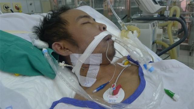 Anh đã bị 2 lần sốc nhiễm khuẩn nên phải tiến hành lọc máu, thở máy và sử dụng nhiều loại thuốc kháng sinh.
