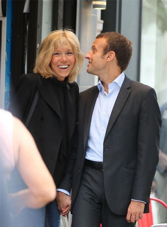 Những bức ảnh tình tứ của vợ chồng ứng viên tổng thống Pháp - Ảnh 9.