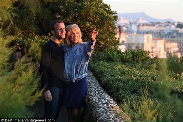Những bức ảnh tình tứ của vợ chồng ứng viên tổng thống Pháp - Ảnh 12.