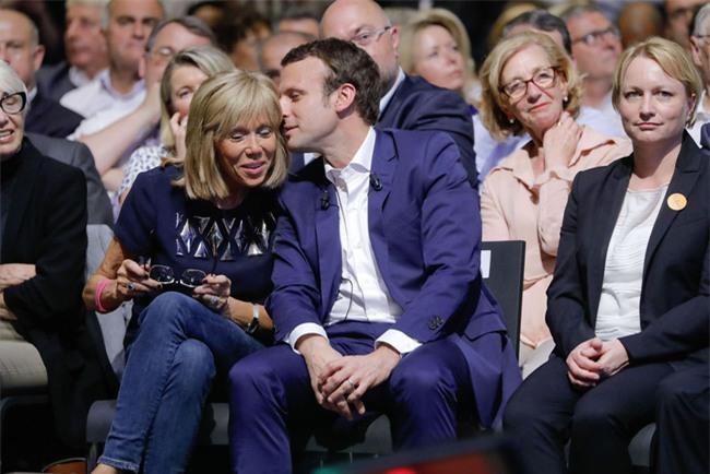 Những bức ảnh tình tứ của vợ chồng ứng viên tổng thống Pháp - Ảnh 13.