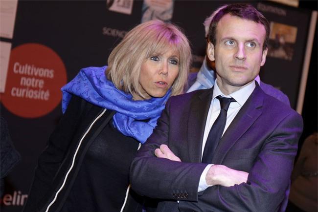 Những bức ảnh tình tứ của vợ chồng ứng viên tổng thống Pháp - Ảnh 14.