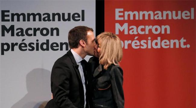 Những bức ảnh tình tứ của vợ chồng ứng viên tổng thống Pháp - Ảnh 7.