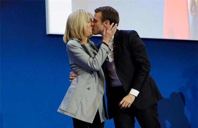 Những bức ảnh tình tứ của vợ chồng ứng viên tổng thống Pháp - Ảnh 8.