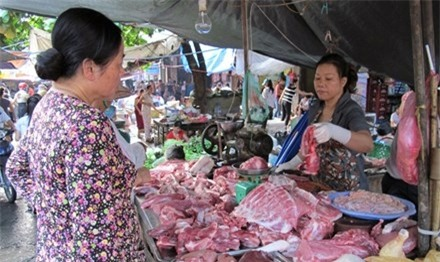 Người tiêu dùng đang bị móc túi quá nhiều, do miếng thịt đi qua nhiều khâu trung gian. Ảnh: Bình Phương.