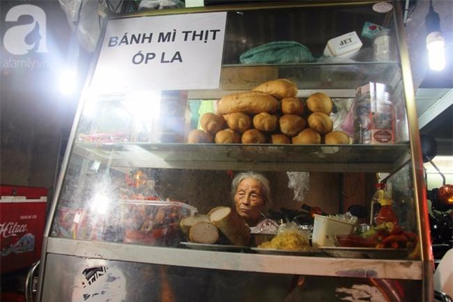 Có 8 con nhưng vẫn neo đơn, cụ bà 88 tuổi ôm xe bánh mì, ngủ lề đường giữa Sài Gòn hoa lệ - Ảnh 1.