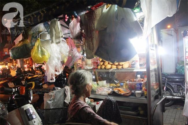 Có 8 con nhưng vẫn neo đơn, cụ bà 88 tuổi ôm xe bánh mì, ngủ lề đường giữa Sài Gòn hoa lệ - Ảnh 10.