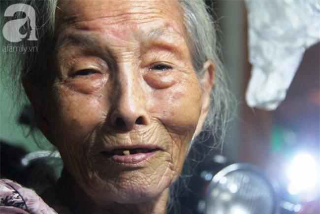 Có 8 con nhưng vẫn neo đơn, cụ bà 88 tuổi ôm xe bánh mì, ngủ lề đường giữa Sài Gòn hoa lệ - Ảnh 2.