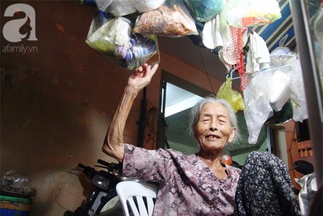 Có 8 con nhưng vẫn neo đơn, cụ bà 88 tuổi ôm xe bánh mì, ngủ lề đường giữa Sài Gòn hoa lệ - Ảnh 3.