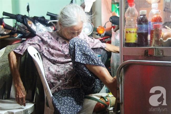 Có 8 con nhưng vẫn neo đơn, cụ bà 88 tuổi ôm xe bánh mì, ngủ lề đường giữa Sài Gòn hoa lệ - Ảnh 4.