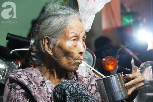 Có 8 con nhưng vẫn neo đơn, cụ bà 88 tuổi ôm xe bánh mì, ngủ lề đường giữa Sài Gòn hoa lệ - Ảnh 5.