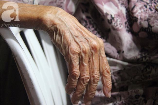 Có 8 con nhưng vẫn neo đơn, cụ bà 88 tuổi ôm xe bánh mì, ngủ lề đường giữa Sài Gòn hoa lệ - Ảnh 7.