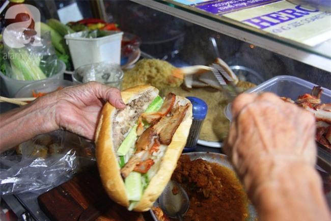 Có 8 con nhưng vẫn neo đơn, cụ bà 88 tuổi ôm xe bánh mì, ngủ lề đường giữa Sài Gòn hoa lệ - Ảnh 8.