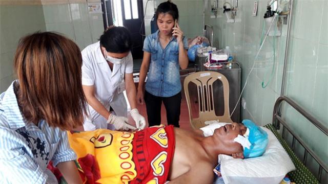 bác sĩ gặp trao đổi riêng với gia đình là ông Bình bị chấn thương sọ não, tiên lượng rất xấu, sợ không qua khỏi nên khuyên người nhà chuẩn bị tinh thần. Ảnh: Thanh niên