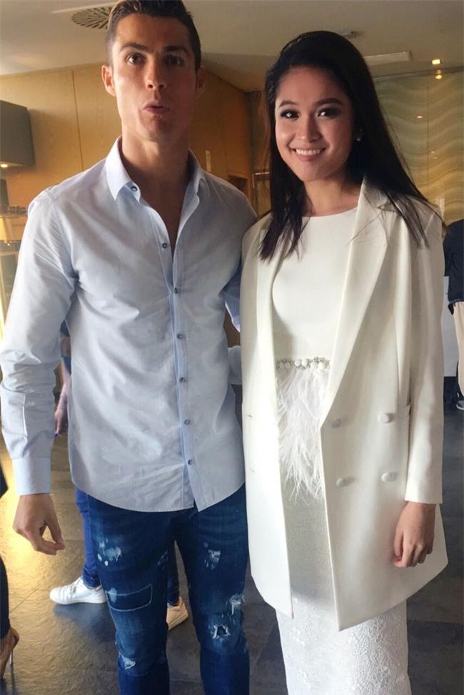 Cristiano Ronaldo thân mật ôm eo Á hậu Thùy Dung - Ảnh 4.