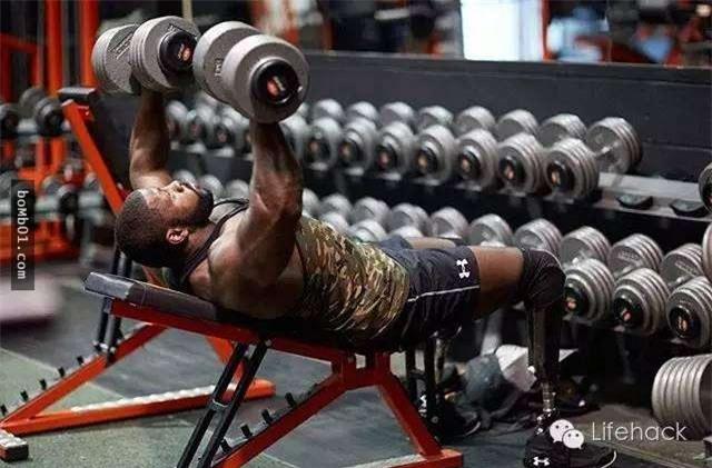 Chàng trai có thân hình cơ bắp nhưng khi nhìn xuống dưới, không ai có thể tin vào mắt mình - Ảnh 3.