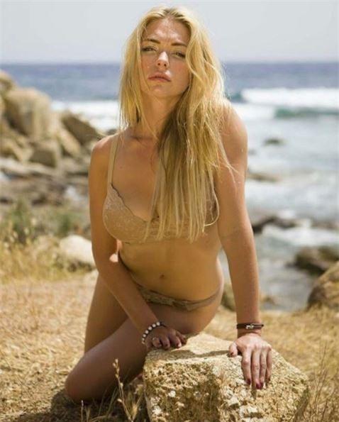 Người mẫu Playboy trút xiêm y ủng hộ đội bóng con cưng - Ảnh 8.