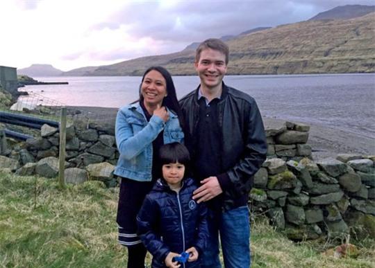 Athaya Slaetalid bên cạnh chồng, anh Jan, và con trai Jacob. Ảnh: BBC