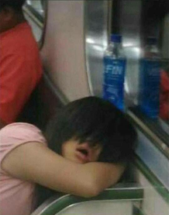 Bí mật đằng sau bức ảnh cô gái với đôi mắt cười rùng rợn trên tàu - Ảnh 2.