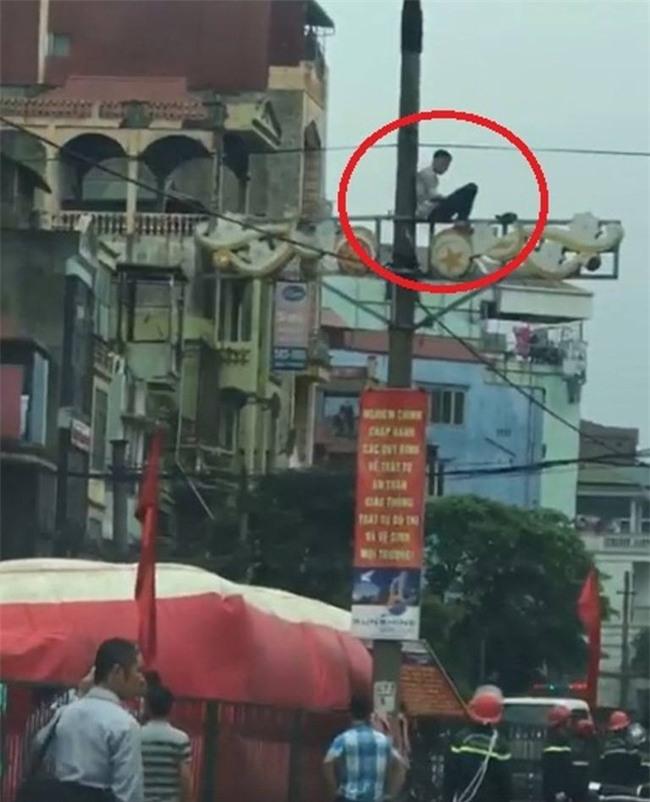 Hà Nội: Nam thanh niên nghi ngáo đá cố thủ trên cột điện ở đường Giải Phóng - Ảnh 1.