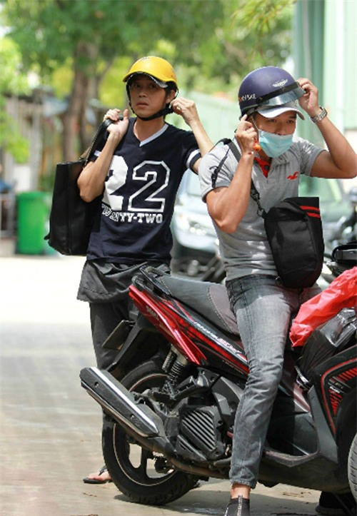 o-xe-hop-23-ty-hoai-linh-van-om-vat-nay-khi-tron-vien-chay-show-blogtamsuvn02