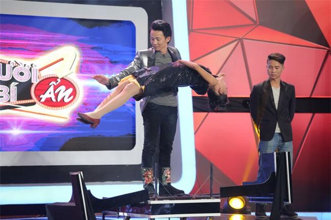Hoa hậu Phạm Hương giật thót vì bị trai lạ tỏ tình trên sóng truyền hình - Ảnh 11.