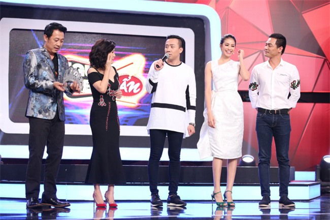 Hoa hậu Phạm Hương giật thót vì bị trai lạ tỏ tình trên sóng truyền hình - Ảnh 2.
